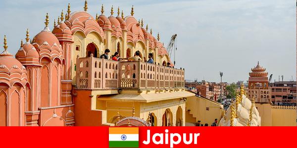 Imponerende paladser og den nyeste mode finde turister i Jaipur i Indien