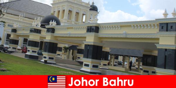 Johor Bahru byen på havnen tiltrækker ikke kun troende til den gamle moske, men også turister