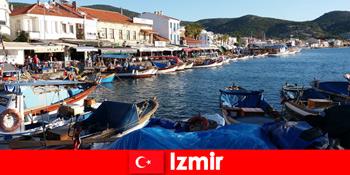 Aktive rejsende pendler mellem by og strand i Izmir Tyrkiet