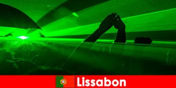 Populære diskoteksaftener på stranden for unge festturister i Lissabon Portugal