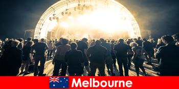 Fremmede deltager i de gratis udendørs koncerter i Melbourne Australien hvert år