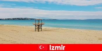Afslappende feriegæster er fortryllet af strandene i Izmir Tyrkiet