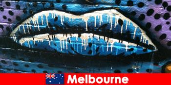 Rejsende beundrer den verdenskendte gadekunst i Melbourne Australien