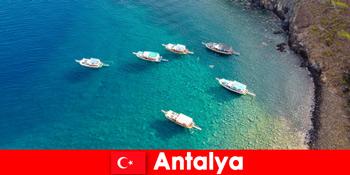 Turister bruger sidste gang af solskin til en ferie i Antalya Tyrkiet